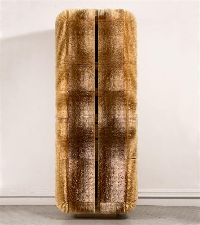 """""""Magistral Cabinet"""". קבינט המקורה ב- 80.000 שיפודי במבוק, כעין שריון מגן לרכוש האישי. מערכת של דלתות נסתרות נפתחת וחושפת מנגנונים פנימיים ומדורים רבים"""