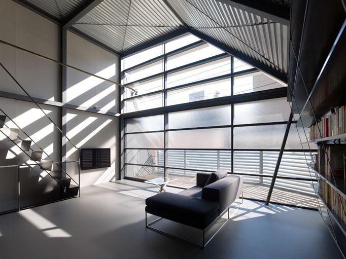 הקומה העליונה מהווה מאין סקיילייט רחב, הנושא פניו לשמיים הפתוחים ומפחית מתחושת הצפיפות. המעקה המגדיר את רצפת הדק וכן זגוגיות החלונות האטומות, נועדו לייצר פרטיות.