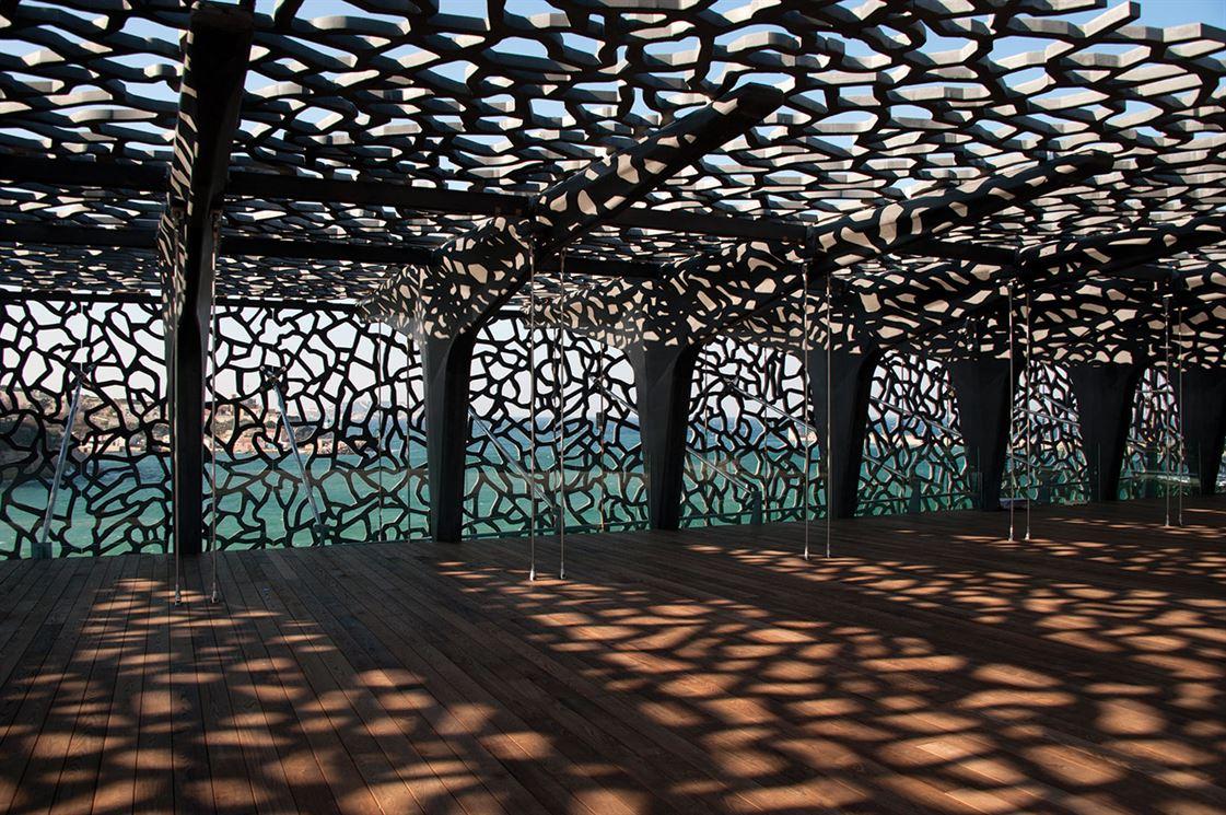 קומת הגג והשבכה המכסה את הבניין: משחקי אור וצל, הן בפנים והן בחוץ, הם מרכיב בסיסי באדריכלות הים–תיכונית, וכאן הם מקבלים גם את פרשנותו האישית של רישוטי