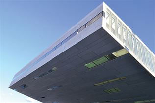 שלושה מבטים אל הבניין המרחף מעל המים – זיז מרשים בגודלו באורך 35 מטר, עם פתחי מבט לכל עבר, גם כלפי הים שנכנס אל מתחת לבניין.