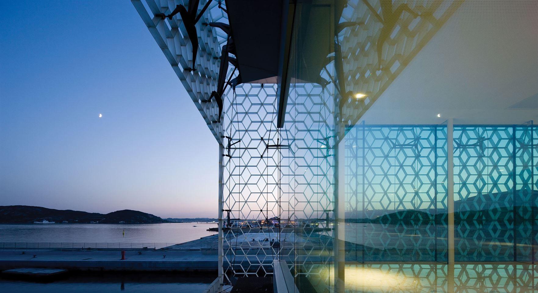 """""""ביתן הים"""", פרט השבכה המכסה את חזיתות הבניין – ציטוט של מסורת המשרבייה המקובלת באדריכלות של דרום הים התיכון."""