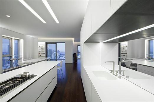 הצבת מראה מעל משטח העבודה במטבח משקפת את הנוף המדהים ומיצרת אשליה של חלל ועומק.