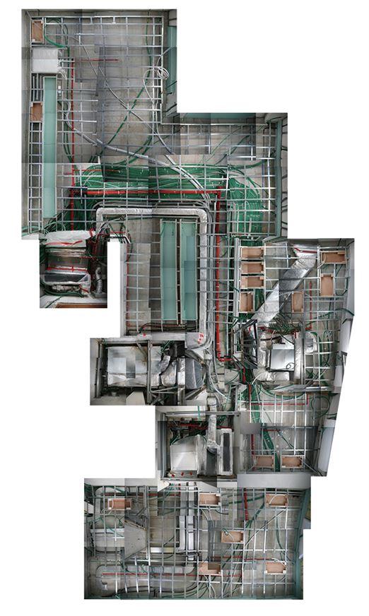 קולאז של תקרת הדירה בזמן העבודה חושפת את מורכבות הסופרפוזציה של המערכות השונות. קופסאות חומות מעץ – עבור רמקולים ניסתרים