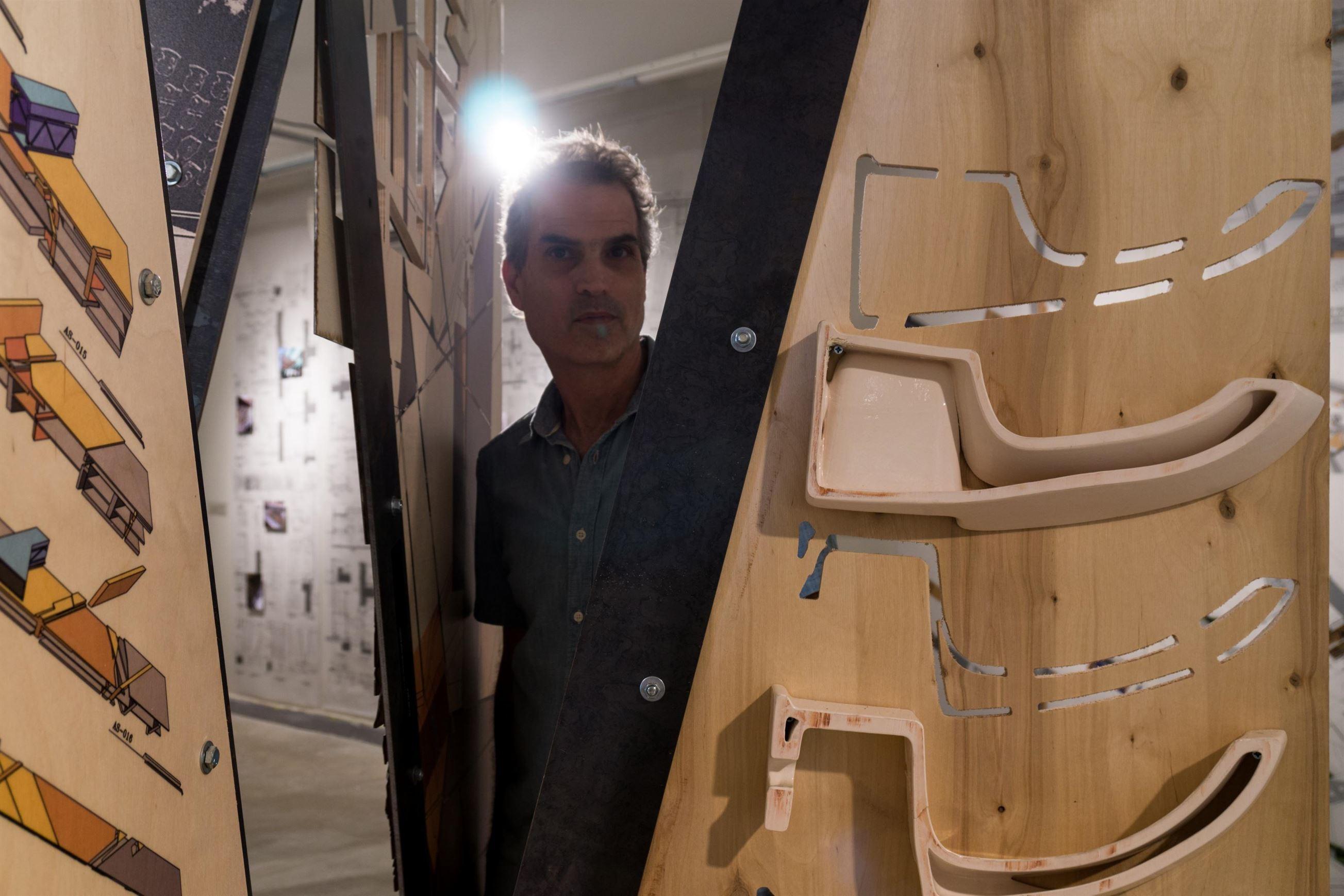 """""""מפרט לחומר וחלל"""" – תערוכה של האדריכל אודי קרמסקי"""