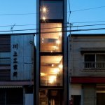 בית צר ברוחב 1.8 מטר, נדחק לשכונה בטוקיו