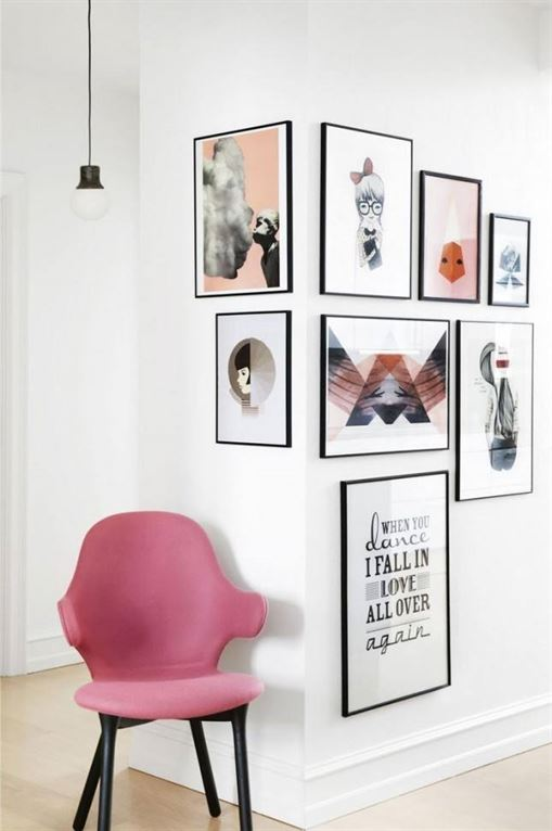 אל תפחדו להמשיך ולתלות תמונות גם מעבר לפינה שבקיר; זה פתרון אידיאלי לפריסה יוצאת דופן, או אם יש לכם שטח קיר מוגבל.