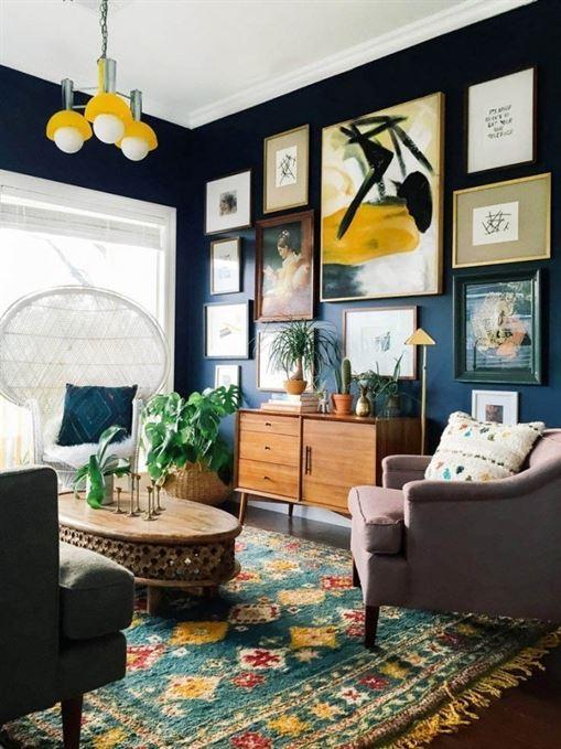 הפוך להצהרה את הצבע הכהה מאחורי קיר הגלריה שלך.