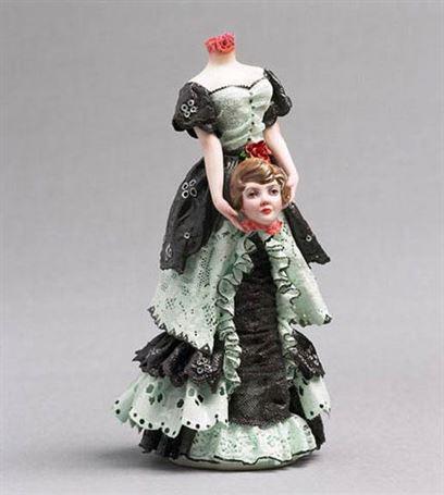 שריל בויל הקנדית יוצרת פסלוני פורצלן מעודנים של דמויות מסוייטות