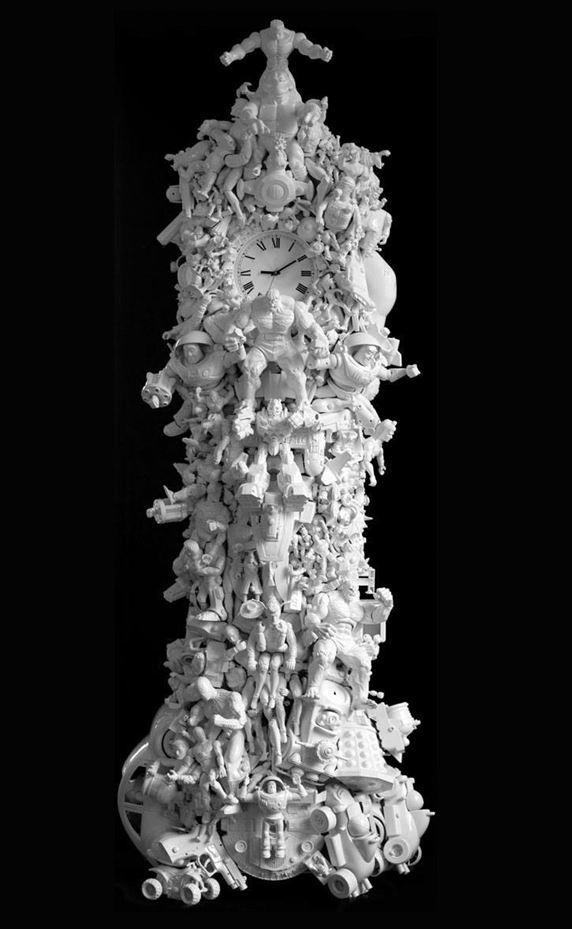 גרסה של המעצב האירי Ryan Mc-elhinney, על שעון האורלוגין הישיש, שעוטר בפיתוחי עץ, מלאכים, פיות ועלמות ענוגות. כאן מעוטר שעון הקיר עד לעייפה, בדמויות קומיקס, סופרמן, צעצועים, אקדחים, כולם מפלסטיק