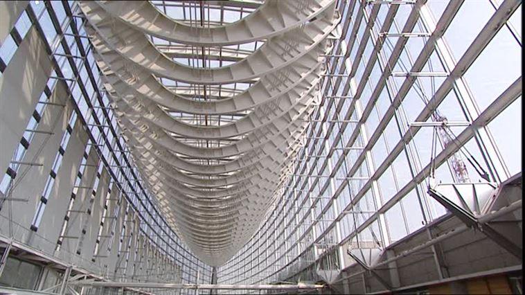 611630289-アーチ-天井-鉄筋-構造物-ガラス