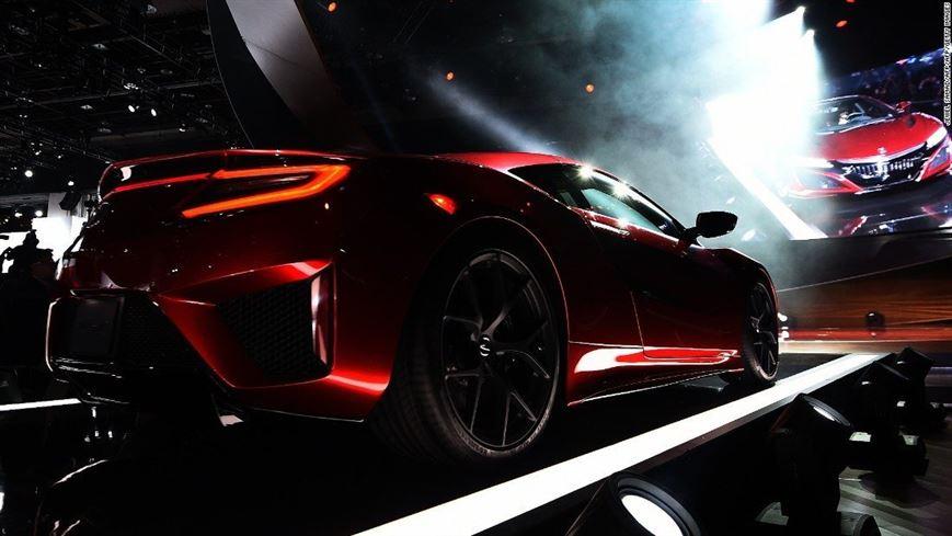 Michelle Christensen עיצבה את ה-Akora הספורטיבית הלוהטת. היא מספרת שאת אהבת המכוניות רכשה מאביה ובילדותה בעצם חלמה על קריירה של מעצבת אופנה.