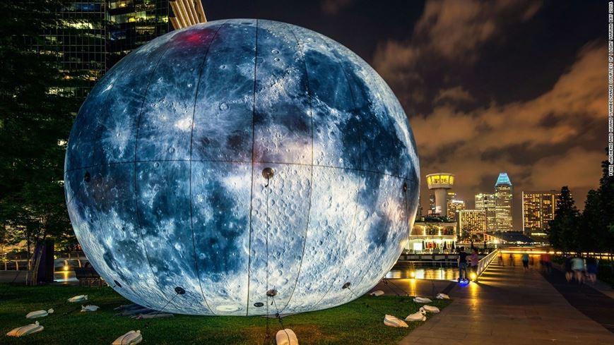 צמד האמנים הסיניים Feng Jiacheng ו-Huang Yuanbel, יצרו ירח ענק, הבוהק כשהאוויר נקי ומתעמעם בזמן שהאויר מזוהם