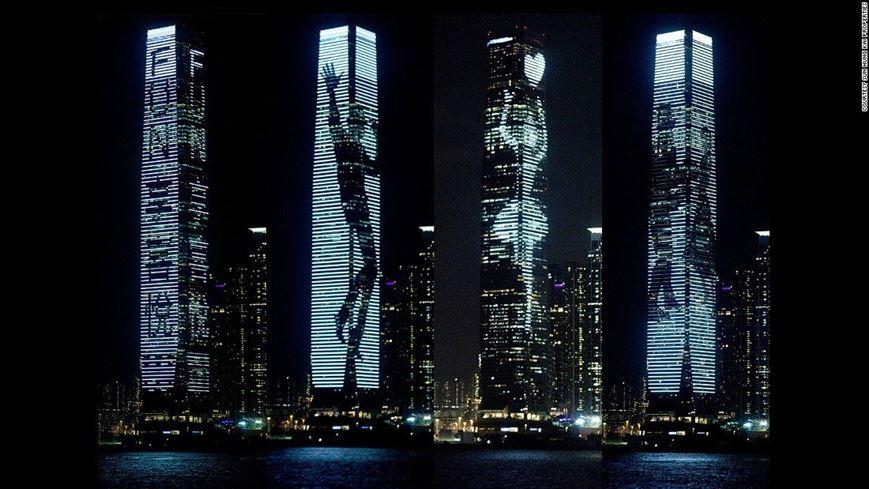 4 מגדלי המשרדים באזור המסחר של הונג קונג, מהווים מדי שנה בחורף, זירה לאמני אור