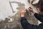 אמן רחוב מקלף קירות מחנה פליטים פלסטיני לנופים מעוררים