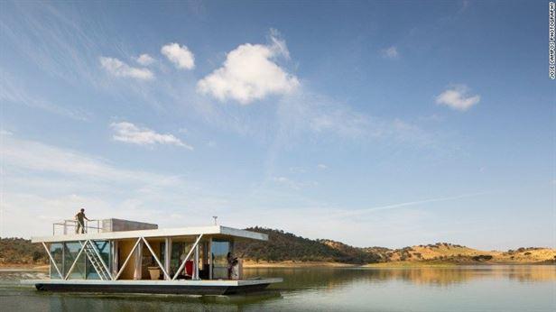 Floatwing של SA, חברת עיצוב והנדסה פורטוגזית, יכול לשאת מכולות. ניתן לעגון היכן שאתה רוצה או להפליג הלאה באמצעות מנוע עוצמתי