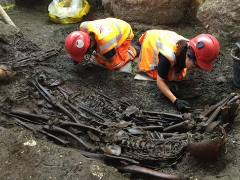 mass_burial_site_containing_victims_of_the_great_plague_of_1665_uncovered_at_liverpool_street__august_2015_204900.jpg__600x0_q85_upscale