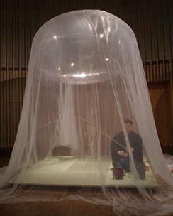 """קנגו קומה - Fuan 2007 קנגו קומה יצר כמה בתי תה לא שגרתיים. בשנת 2007 הוא יצר את Fuan 浮 庵 שפירושו """"צף"""": חדר תה צף מורכב מבלון הליום עטויבד אולטרה לייט, השוקל11 גרם בלבד למ""""ר, המשקל של החומר מנטרל את הלחץ של ההליום כלפי מעלהויוצרמבנה מאוזן באופן מושלם ללא קירות או עמודים. Kuma לעתיםם נוהג להציג אתבית התה הצף שלו (בדרך כלל במקומות של פעילות המונית, כגון חנות כלבו), מזמין את הצופים להצטרף לטקס תה אמיתי במרחב פרדוקסלי לכאורה של מציאות מדומה. המבנה, אם אפשר לקרוא לזה כך, מעיד עלהסלידה של Kuma מאדריכלות מדי אסרטיבית, לטובת """"אדריכלות רכה"""", מונח שטבע Kuma ומתייחסלאל זמניות."""