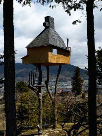"""Terunobu Fujimori- Takasugi-AN 2004 Terunobu הוא אולי אחד האדריכלים האקדמיים ביותר ביפן כיום, הן רעיונית והן בפרקטיקה. הוא הושפע עמוקות מבית התה. בשנת 2004 פוג'ימורי השלים בנייתו של בית תה שכותרתו Takasugi-AN 高 過 庵, פשוטו כמשמעו """"גבוה מדי"""". בשונהממשנתו של Rikyu, הפנים אמנם היה עשוימחומרים צנועיםם כמו מחצלות במבוק, אך למרות ש-Rikyu העדיף שטח שיכול להכיל לפחות שתי מחצלות, פוג'ימורי איפשר כ-4 עד 5מחצלות טאטאמיבמרחב, מספיק לישיבת2 אורחים (אבל לא לעמוד). כאן הוא המקום שבו, מבחינה ויזואלית, נפסקהדמיון ובית התה של פוג'ימורי סוטה מן המסורת. הבית הוקם על 2 עצים שנגדעו והובאו מיער הררי סמוך. על מנת להגיע לחדר, האורחים חייבים לטפס על הסולמות הבודדים השעונים על העץ. וכאן טמונה הגאונות של העבודה של פוג'ימורי. הוא מנחהאת התודעה של אורחיו, מטיל עליהםלטפס ולהגיעלשיא ההגדרה שלו של הרוחני מעל פני קרקע."""