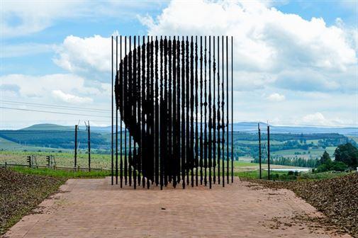 פורטרייט של נלסון מנדלה שיצר מרקו קיאנפנלי. ממוקם ליד האוויק, דרום אפריקה, הפסל הוזמן על ידי קבוצה המממנת פרויקטים תרבותיים עבור ממשלות ברחבי העולם. עבודתו של קיאנפנלי ממוקמת לאורך כביש שבו נתפס מנדלה על ידי משטרת הביטחון של האפרטהייד ב -1962; לאחר מעצרו, מנדלה בילה את 27 השנים הבאות בכלא.