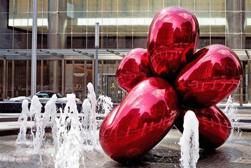 פרח בלונים שיצר ג'ף קונס. הפסל הציבורי הזה נמצא בצלו של מרכז הסחר העולמי בניו יורק. העבודה הוזמנה על ידי לארי סילברסטיין, איש העסקים שחתם על חוזה שכירות ענק במגדלי התאומים, מספר חודשים לפני הפיגועים ב -11 בספטמבר.