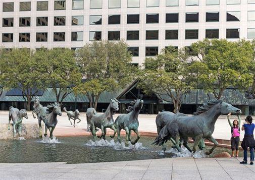 מוסטנגים - רוברט גלן. זה פסל ברונזה מרשים, אשר הוזמן על ידי העיר לאס קולינאס, טקסס, מתאר 9 סוסים פראיים דוהרים דרך מזרקה.