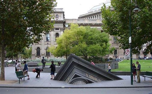 הפסל האדריכלי של פטרוס שפרונק, ממוקם במלבורן, אוסטרליה, זה פסל זה לכאורה קבור מתחת לאדמה, עומד לפני ספריית המדינה של ויקטוריה. הוא נועד לסמל את נפילת הציוויליזציה, תוך רמז על ארעיות של ההווה. העיר הזמינה את העבודה כחלק מפרויקט אמנותי ציבורי גדול ב -1992.