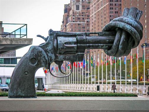 """האקדח הקשור, נוצר על ידי קארל פרדריק ראוטרסוורד, ממוקם בפינת בית האומות המאוחדות בניו יורק, הפסל בא לייצג תקווה לעתיד לא אלים. היצירה הוזמנה על ידי מדינת לוקסמבורג כמתנה לאו""""ם."""
