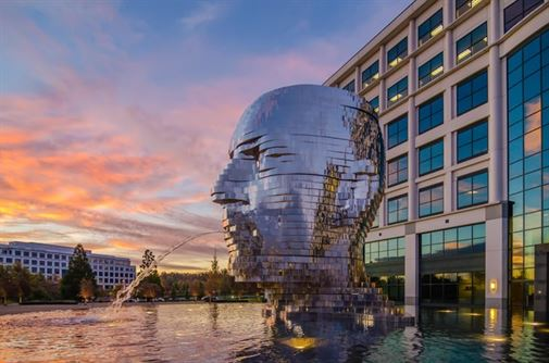 """מטאלמורפוזה של דוד צ'רני. פסל מדהים זה הוזמן על ידי חברת נדל""""ן אמריקאית, לקשט מגרש של 200 דונם בשארלוט, צפון קרוליינה. 14 טון יצירת אמנות עשוייה מפלדת אל חלד בשכבות הסובבות 360 מעלות."""