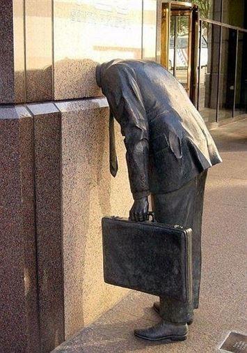 פסל שמקבל את העוברים ושבים, מול הבניין של חברת הפיננסים  Ernst & Young בלוס אנג'לס, קליפורניה