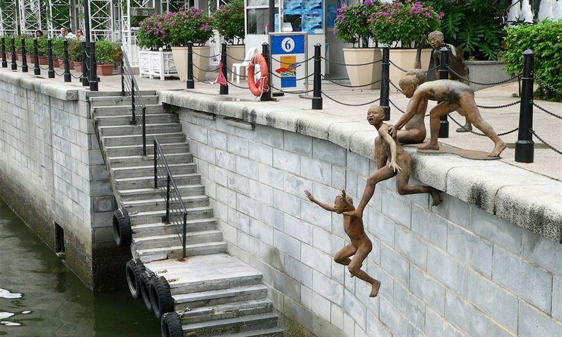 הפסל הדינמי שהוזמן על ידי מועצת התיירות של סינגפור, מציג קבוצת נערים קופצים לנהר סינגפור ויצר אותו צ'ונג פה צ'ונג.