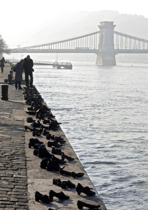 ביצירה שנוצרה על ידי Can Canayand Gyula Pauer, הנעליים על הדנובה, נועדו לזכר מאות יהודים הונגרים אשר נאלצו לעזוב את הנעליים שלהם על גדות הנהר, לפני שנורו במהלך השואה בהונגריה.
