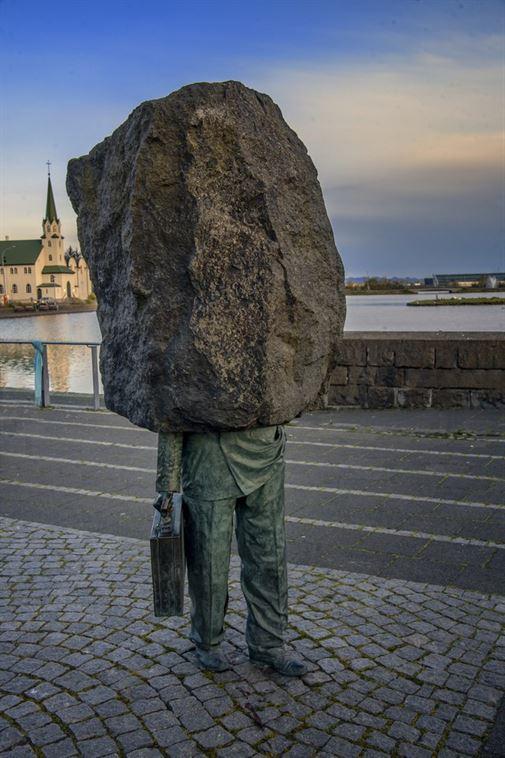 ברייקיאוויק, איסלנד, עומדת אנדרטה שנבנתה בשנת 1993 על ידי Magnús Tómasson. היא באה לסמל ביורוקרט חסר משמעות, שהולך בבהילות. מה מוסיף דרמה ליצירה היא אבן ענקית על גופו.