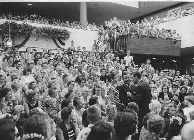 אוקטובר 1956, חונכים את הקניון הראשון בעולם, עם קהל של 75,000 מבקרים