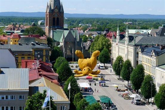 """""""הפצת השמחה מסביב לעולם"""" אינה היצירה היחידה של הופמן הדורשת תשומת לב. בשנת 2011, הוא יצר ארנבת צהובה ענקית שוכבת על הגב באמצע Örebro, שבדיה. הארנב, הנקרא """"ארנבון גדול גדול"""", מורכב מאלפי רעפים שוודיים וחומרים שוודיים אחרים."""