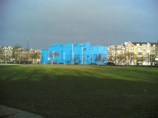 ב -2004 הפנה הופמן את תשומת הלב לקבוצת מבנים המתוכננת להריסה, על ידי צביעת כל המבנה בכחול בוהק.