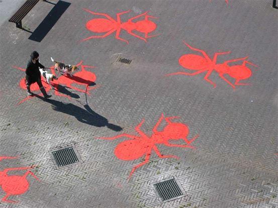 הנק הופסטרה, הוא אמן הולנדי שמתמקד ביצירות קרקע, במרחבים הציבוריים