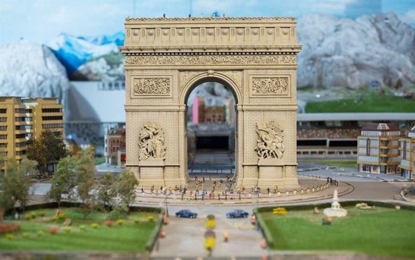 arch-europe-gullivers-gate-miniworld0317.jpg__1072x0_q85_upscale