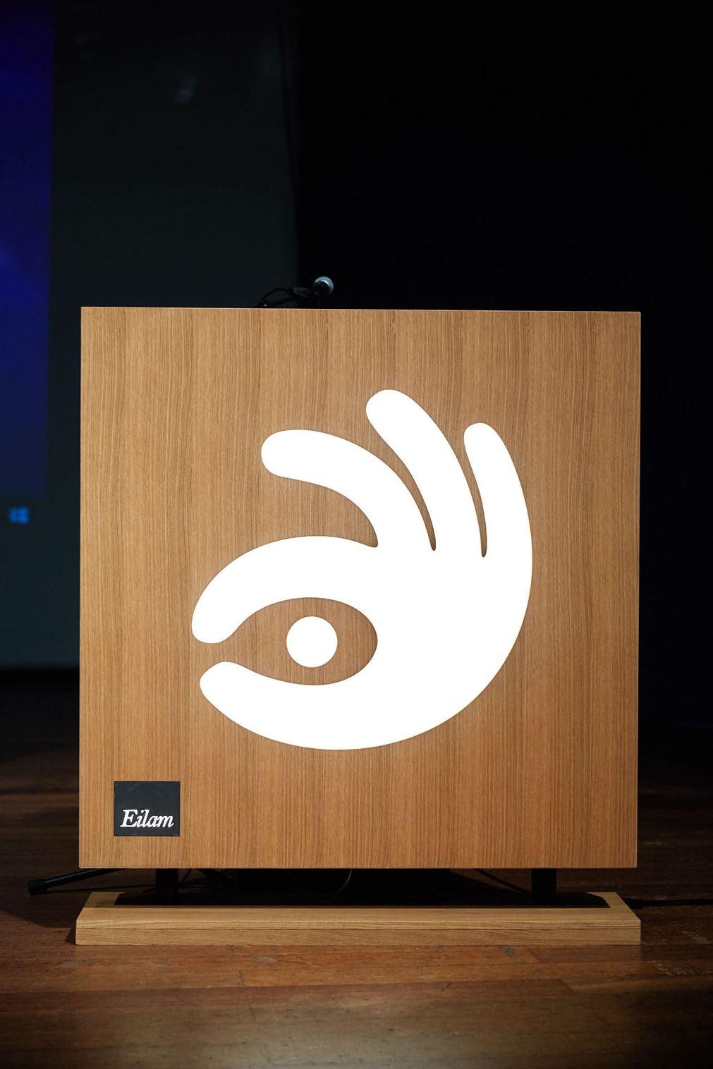 הפודיום שעל הבמה, בוצע על ידי נמרוד עילם, בטכנולוגיה המיוחדת שלו, הטונוס
