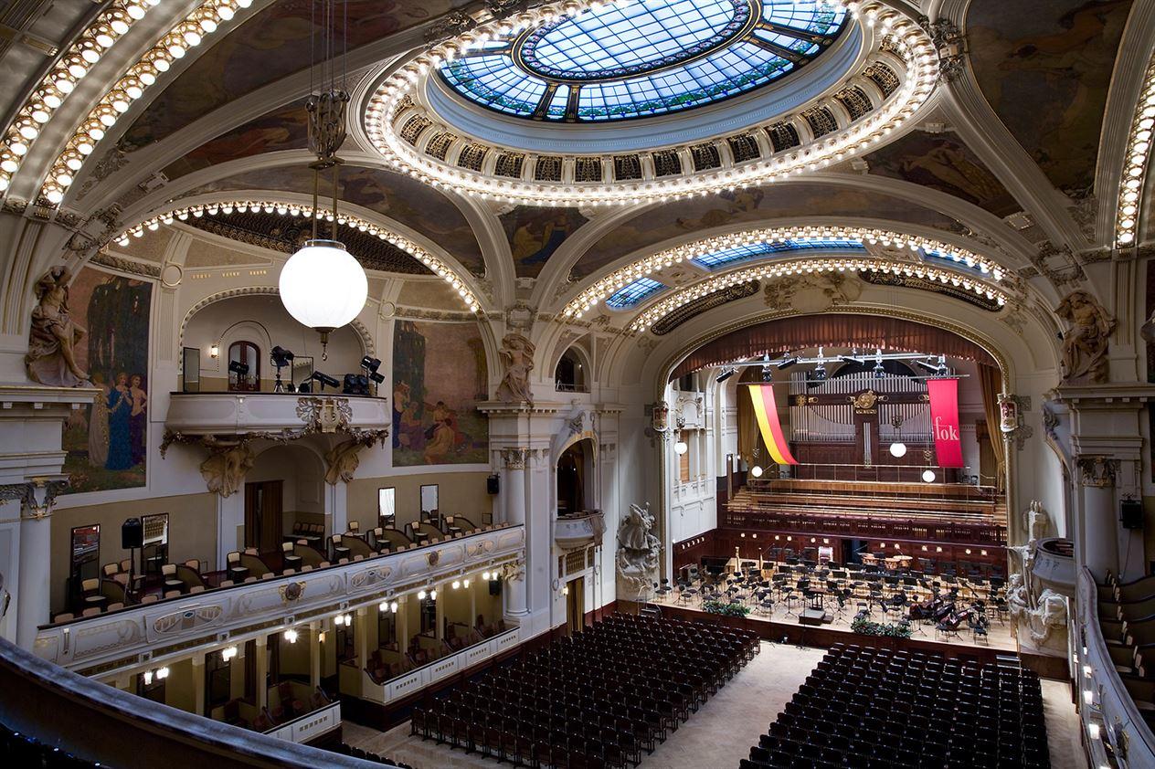 Smetana_Hall_at_the_Municipal_House_Obecni_Dum_Prague_-_9006