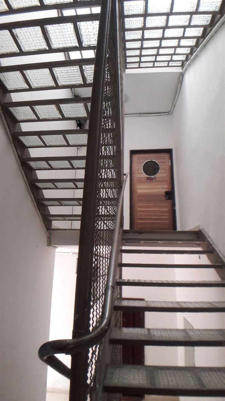 מדרגות עם מדרך לבני זכוכית, מעקה רשת וחלון האוניה בדלתות המקוריות של מנקס ישומרו במסגרת הבניה החדשה.