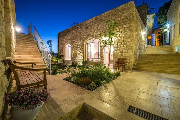 night_main_courtyard_IS