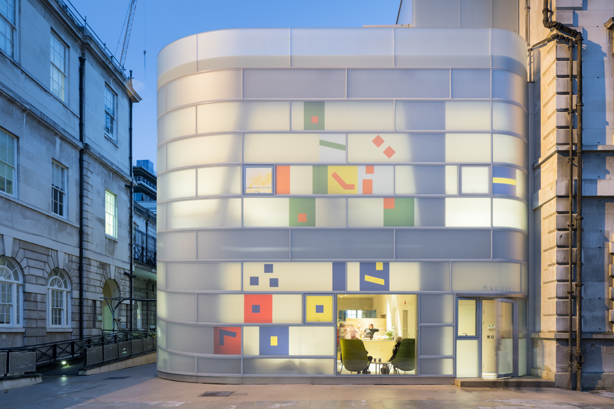Steven-Holl-Architects-Barts-Hospital-Maggie's-Centre-ph-Iwan-Baan-03