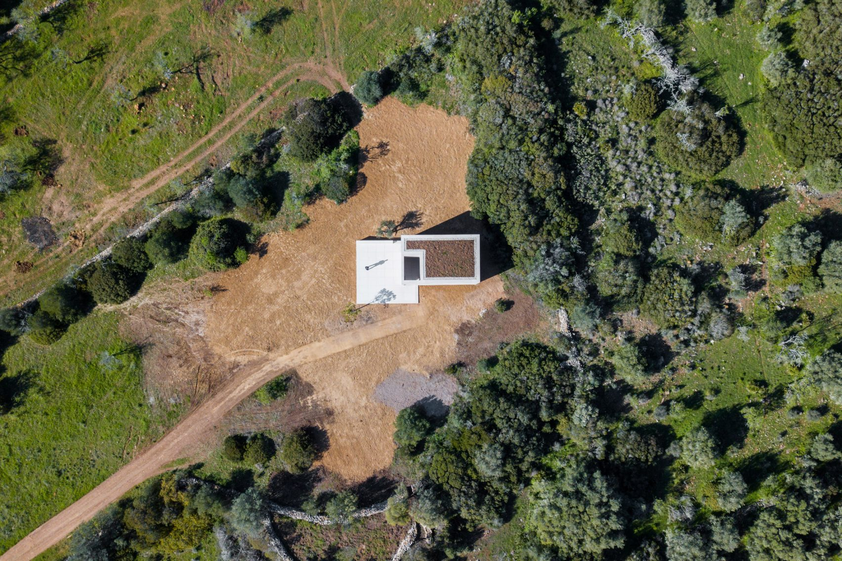 alvaro-siza-viera-capela-do-monte-chapel-algarve_dezeen_2364_col_0-1704x1136