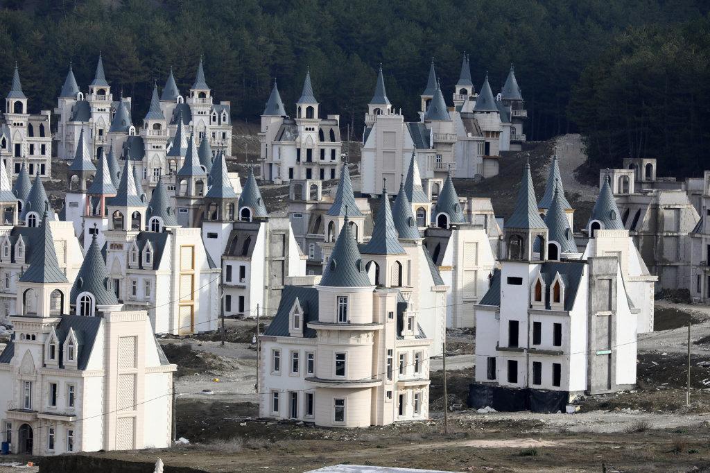 בטירות מהאגדות שניבנו בהשקעה של 200 מיליון דולר, מתגוררות רק רוחות רפאים
