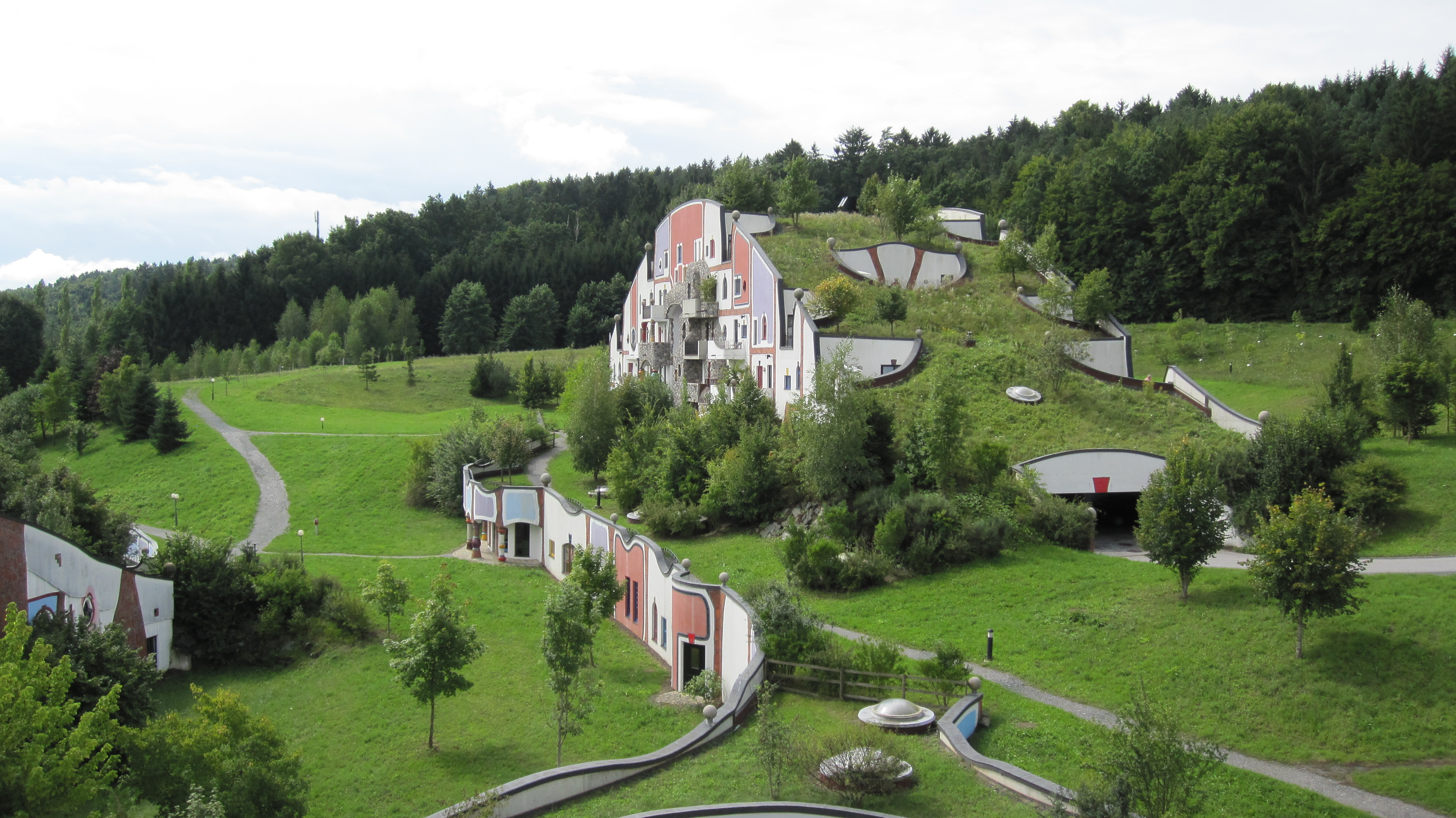 Steinhaus,_Rogner_Bad_Blumau_von_Friedensreich_Hundertwasser