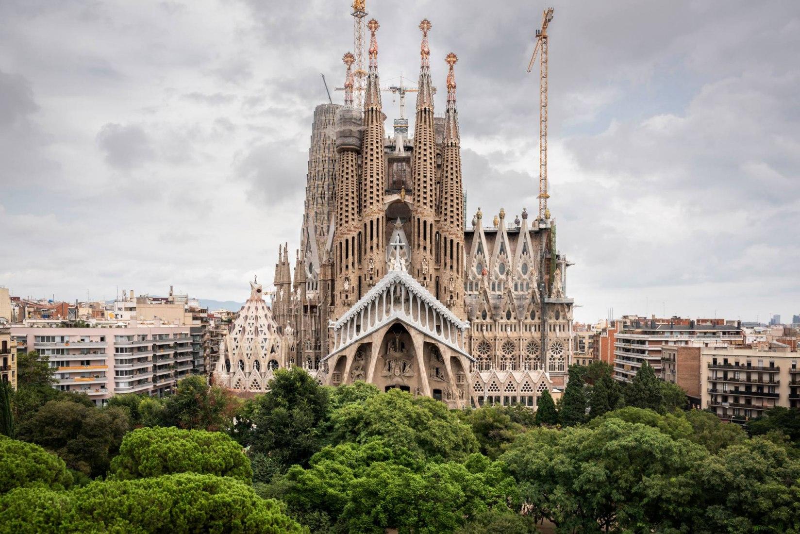 כנסיית סגרדה פמיליה של גאודי נבנתה ללא היתר וחייבת לשלם חוב של 36 מיליון אירו, בכדי להמשיך בעבודותיה