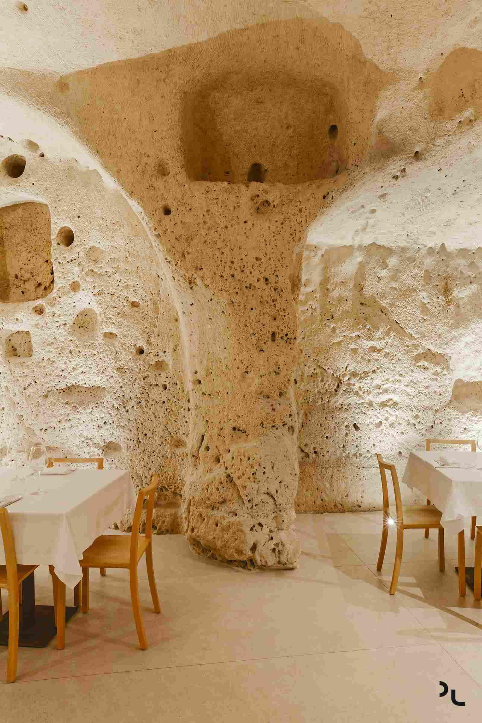 מסעדת oh mari באיטליה, בתוך מערה בת מאות שנים