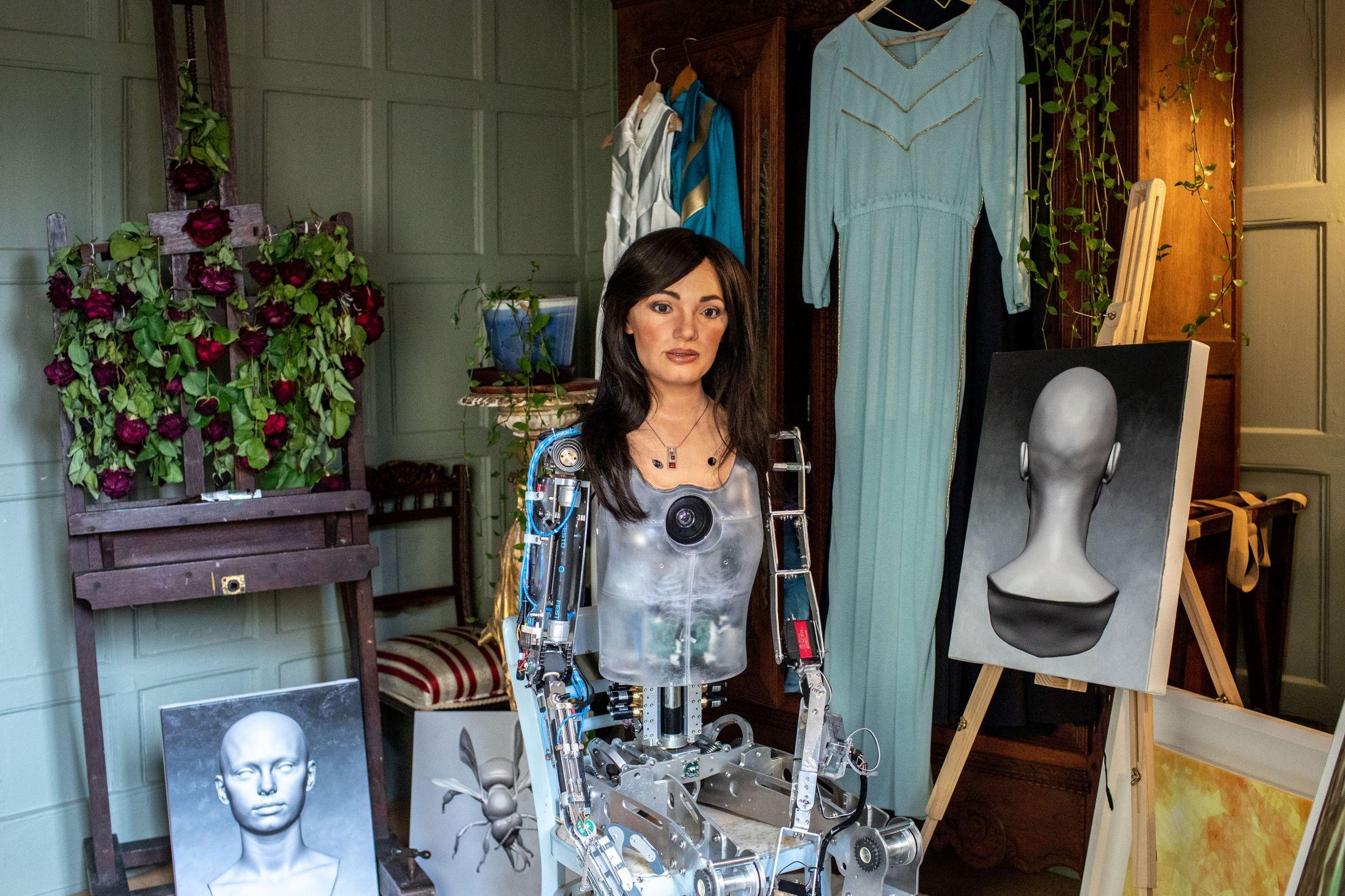 Ai-Da – אמנית הרובוט הראשונה בעולם, המסוגלת לצייר אנשים