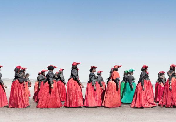 אנשי שבט נמיביה בין השחור ללבן