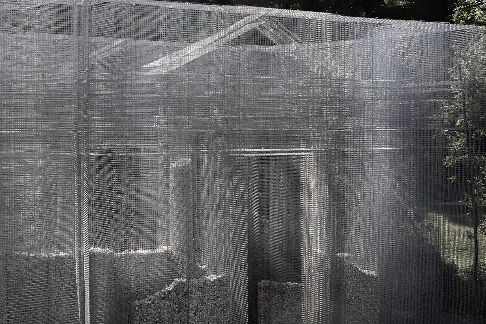 הכלאה של חומר נעדר: המיצב האדריכלי Simbiosi של Edoardo Tresoldi